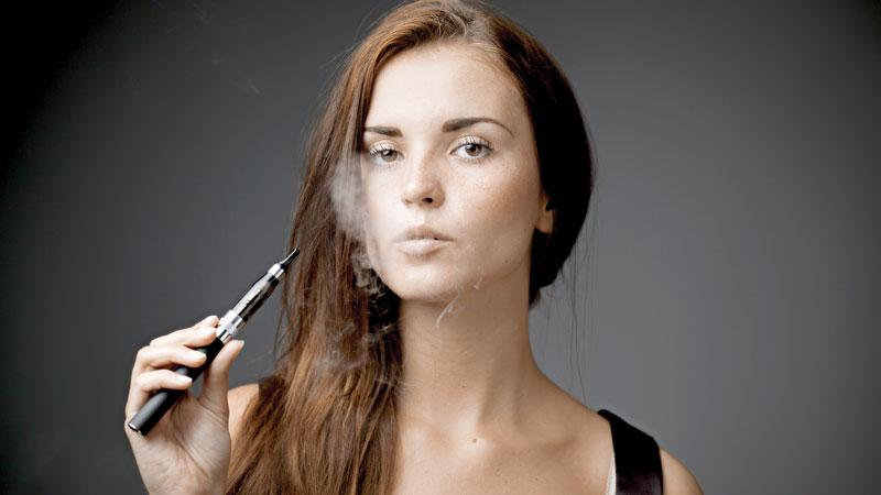 Cigarros electrónicos, tan dañinos o más quelos tradicionales.Surgieron como una alternativa paradejar de fumar, pero cada vez más estudiosindican que sus sustancias son tan adictivas y dañinas como el tabaco.