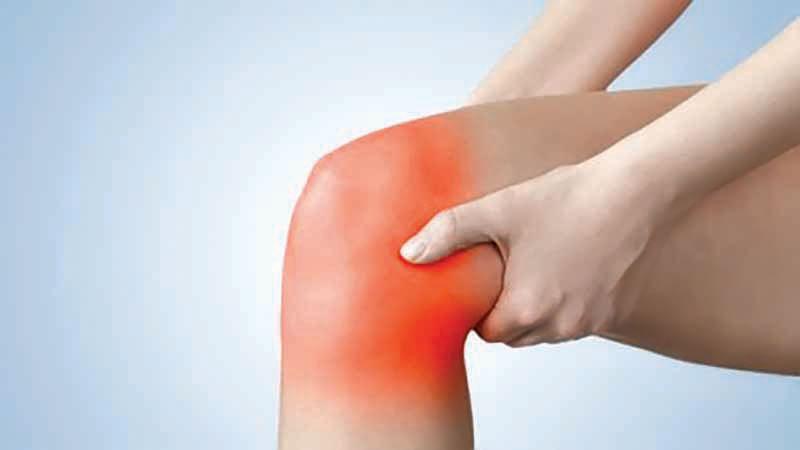 Tomar un licuado de piña, apio, naranja y ajo es una de las recomendaciones del Doctor para reducir el dolor.