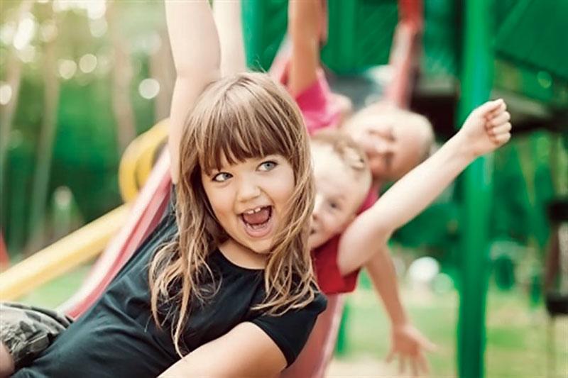 Las niñas que construyen su autoestima sobre la base de su apariencia dejan de lado su inocencia y las actividades infantiles, como convivir con niños de su edad.