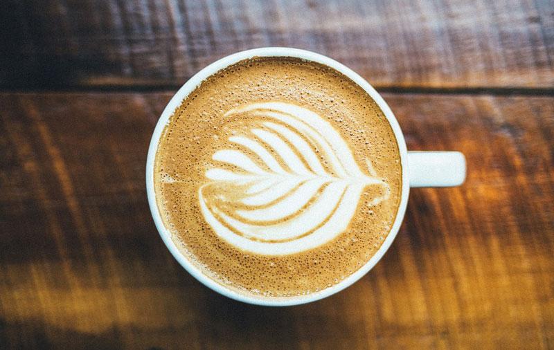 El té produce más cantidad de noradrenalina, que activa el metabolismo; y el café ayuda a la pérdida de peso a través de la termogénesis, manteniendo el calor y la oxidación de las grasas.