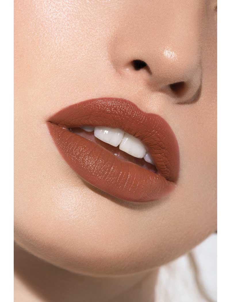 Favorece a todas las pieles. Este tono viene en una gama más amplia, desde los más oscuros hasta los marrón. Elígelo en mate o gloss y deja que sea el protagonista de tu maquillaje.