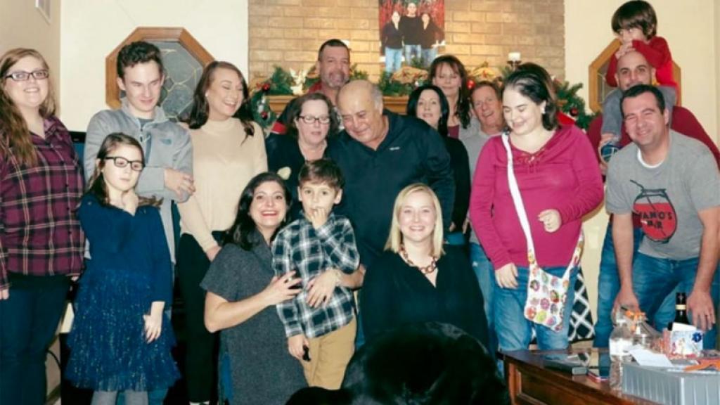 Todos sonreían, pero pocos descubrieron el asqueroso detalle en la foto familiar.