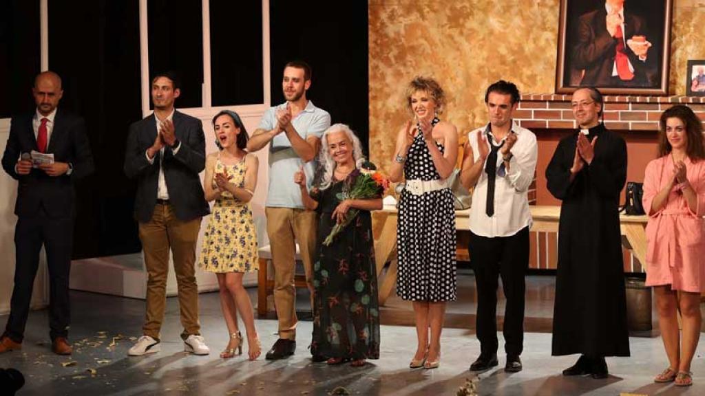 Hay más de cinco actores en escena.