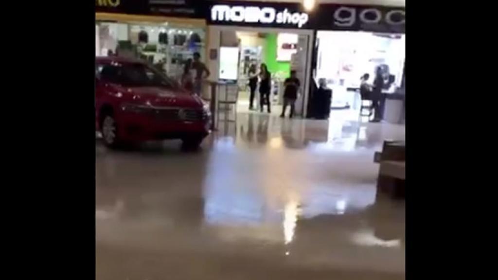 Músicos tocan canción de Titanic mientras plaza comercial se inunda.