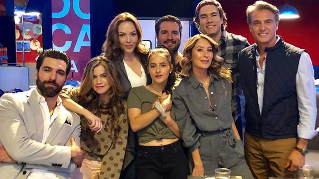 Geraldine Bazán se tomó una foto con los otros actores de la serie.