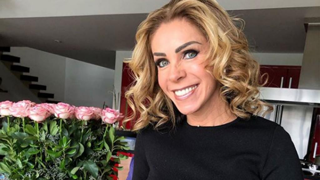 Rocío Sánchez Azuara muestra las cenizas de su hija