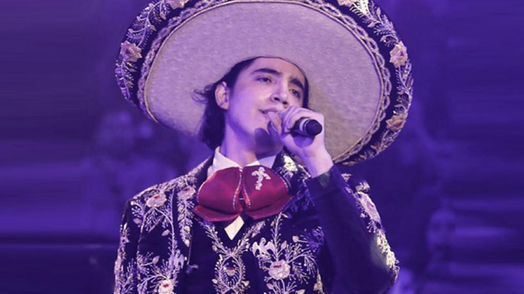 Alex Fernández, hijo de Alejandro Fernándezdebutó en el palenque de Guadalajara con un especial traje de charro de su padre que tiene una bonita historia.