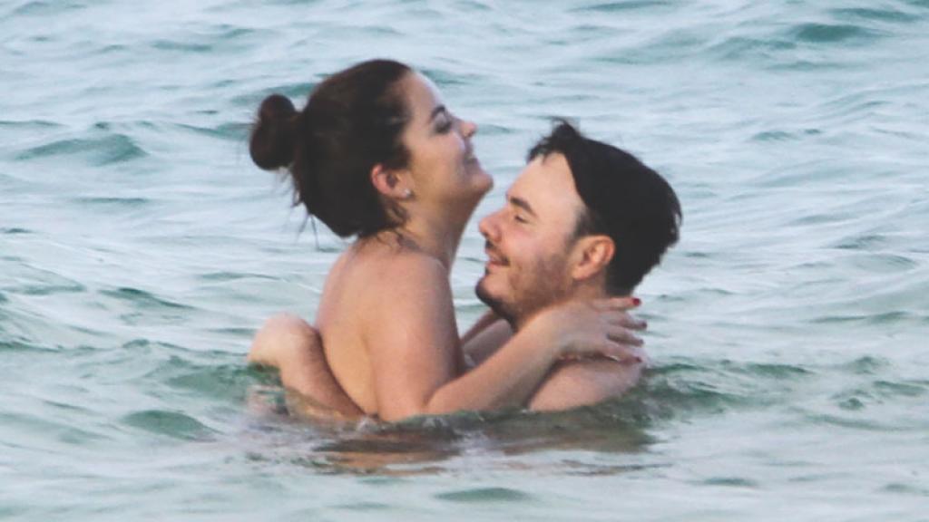 José Luis de Río Roma ya se olvidó Sherlyn pues se divirtió con esta guapa chica en Cancún