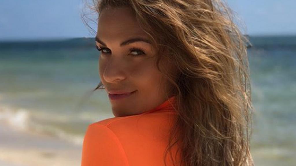 Jenny García se pone de cabeza y devora por completo su tanguita roja