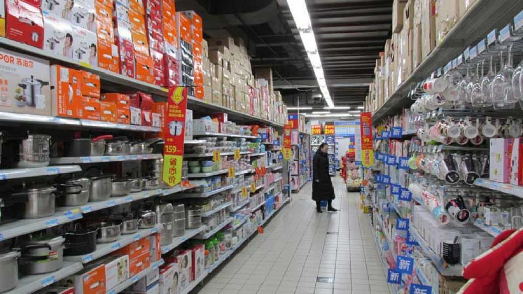 Entre empujones, compradores entran a supermercado en plena pandemia