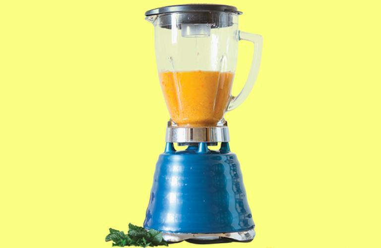 Enjuaga el vaso de la licuadora. Cubre las paredes con el aceite, pasa la servilleta y frota para eliminar los pigmentos de los chiles. Deja actuar por 5 minutos y lava con agua tibia.