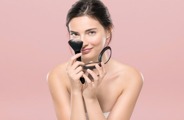 Puede usarse solo o sobre tu base habitual, para sellar el maquillaje.