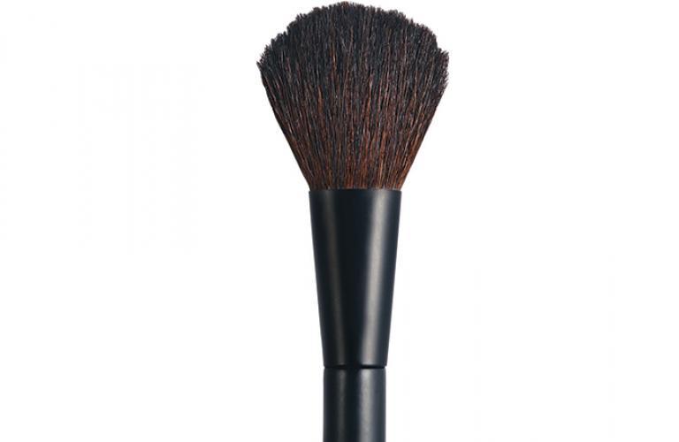 Emplea una brocha y aplícalo sin base de maquillaje, pues cubre bien la piel.