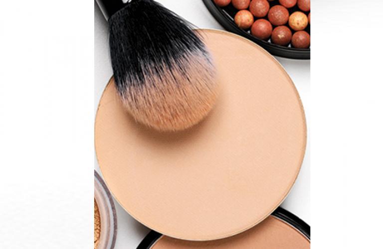 Su textura gruesa hace que la piel se vea pareja y aterciopelada. No lo uses sobre tu base, ya que tu maquillaje podría lucir muy recargado.