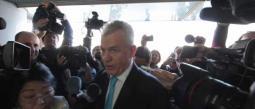 Javier Aguirre estuvo poco más de una hora en juzgados y salió sin decir nada sobre su cita.