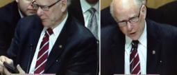 El senador Pat Roberts quedó evidenciado cuando su celular sonó, pues invadió su área de trabajo con la canción Let It Go, de la película Frozen.