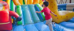 Inflable sale volando en fiesta infantil dejando niños heridos.