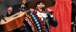 Aída Cuevas recibe un Grammy Americano