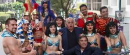 El elenco de 'Cleopatra metió la pata' deleitó al público arriba de un turibus.