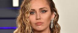 A horas de confirmar su divorcio, Miley Cyrus es captada besándose una modelo