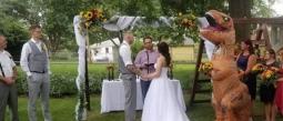 La dama de honor, le dio una sopresa a la novia.