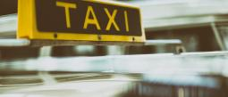 Mientras taxistas bloquean vialidades en CDMX, otro tiene s3xo a la luz del día