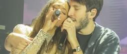 Sebastián Yatra y su novia Tini Stoessel se comen a besos en el escenario
