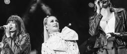 María José hace dueto con Ha Ash en concierto y recibe reconocimiento