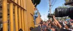 Los encapuchados no accedieron a abrir el plantel pese a que las autoridades dialogaron con ellos.