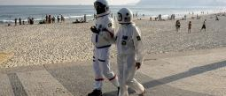 Tercio Galdino Alisea Lima Traje Astronauta Disfraz Paseo Pareja Brasileña Nueva Normalidad Pandemia Covid-19