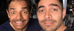 Omar Chaparro y Eugenio Derbez se besan