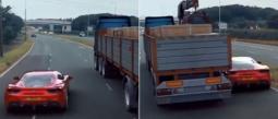 coche pasa por debajo de un camión