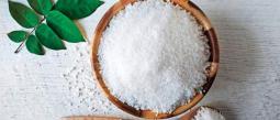 La sal es uno de los condimentos fundamentales en la cocina y uno de los cuatro sabores que disfrutamos al comer. Existen diversos tipos en el mercado, y aunque generalmente el consumo de ésta se asocia a diferentes enfermedades, te mostramos que, en cantidades moderadas, aporta mucho más al cuerpo de lo que se cree.