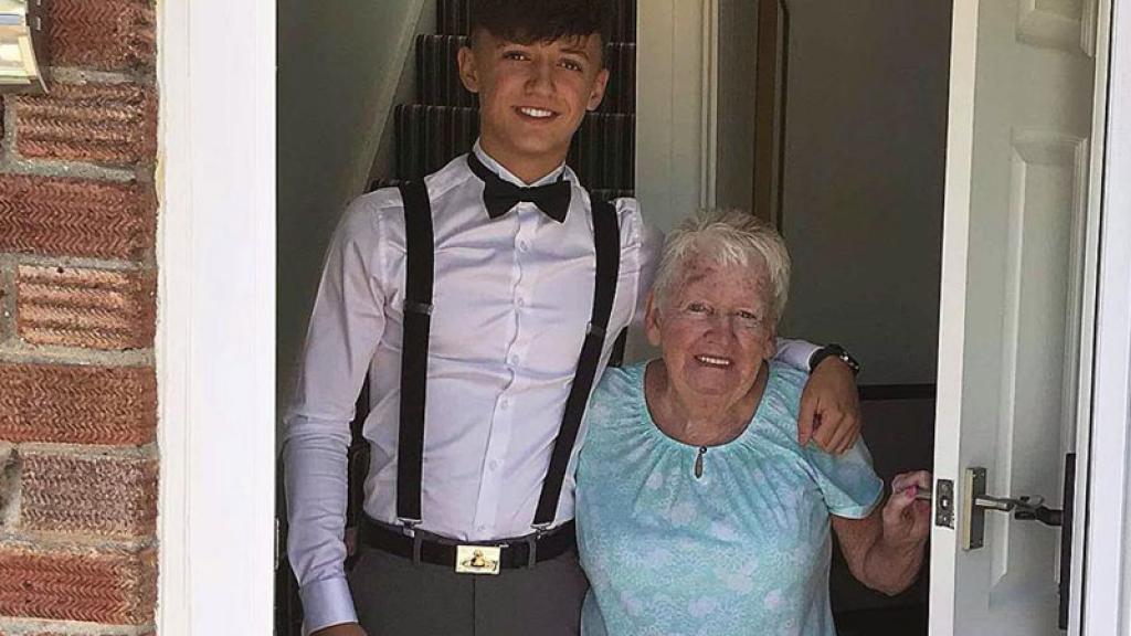 Joven se hace viral por su abuela